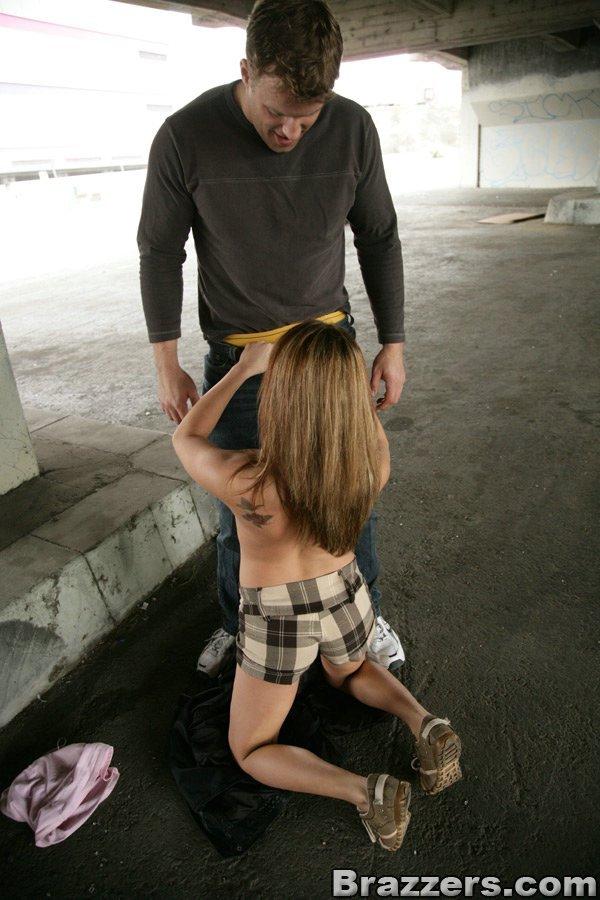 Грудастая красавица Nichole Heiress отдается какому-то чудику под мостом