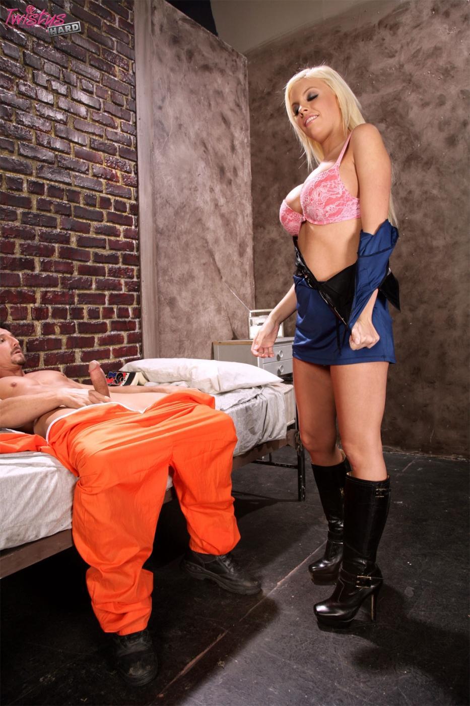 Сиськастая надзирательница с симпатичными ножками и большими дойками Britney Amber отдается красивому заключенному