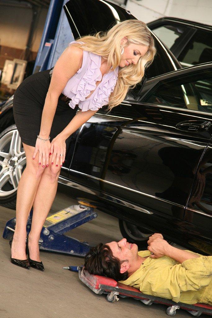 Страстная возрастная блонди с громадными грудями Jordan Kingsley снимает лифчик в гараже и скачет на члене