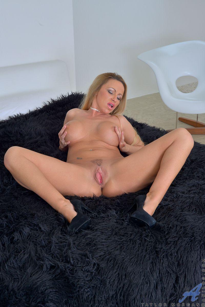 Зрелая мама Taylor Morgan с крупными грудями и раздвинутыми ножками вылизывает свою собственную игривую щелку
