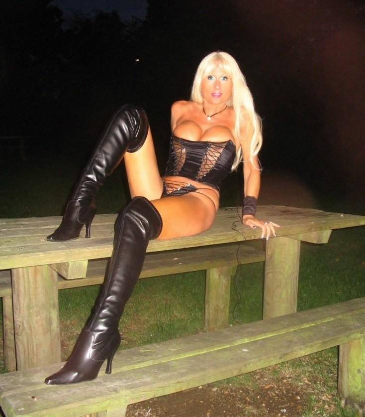 Страстная блондиночка может быть как пушистым привлекательным ангелочком, так и строгим и возбужденным демоненком