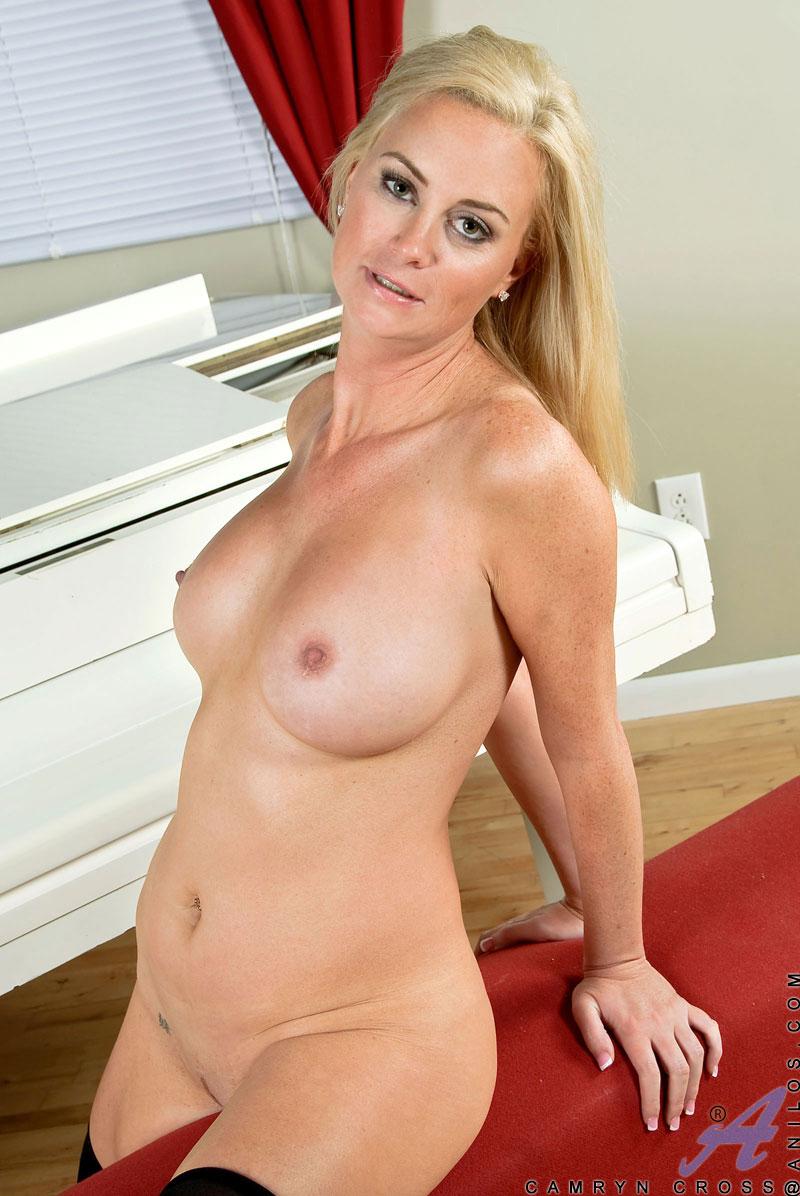 Сексуальная блондинка Camryn Cross снимает нижнее белье и обнажает крупные груди