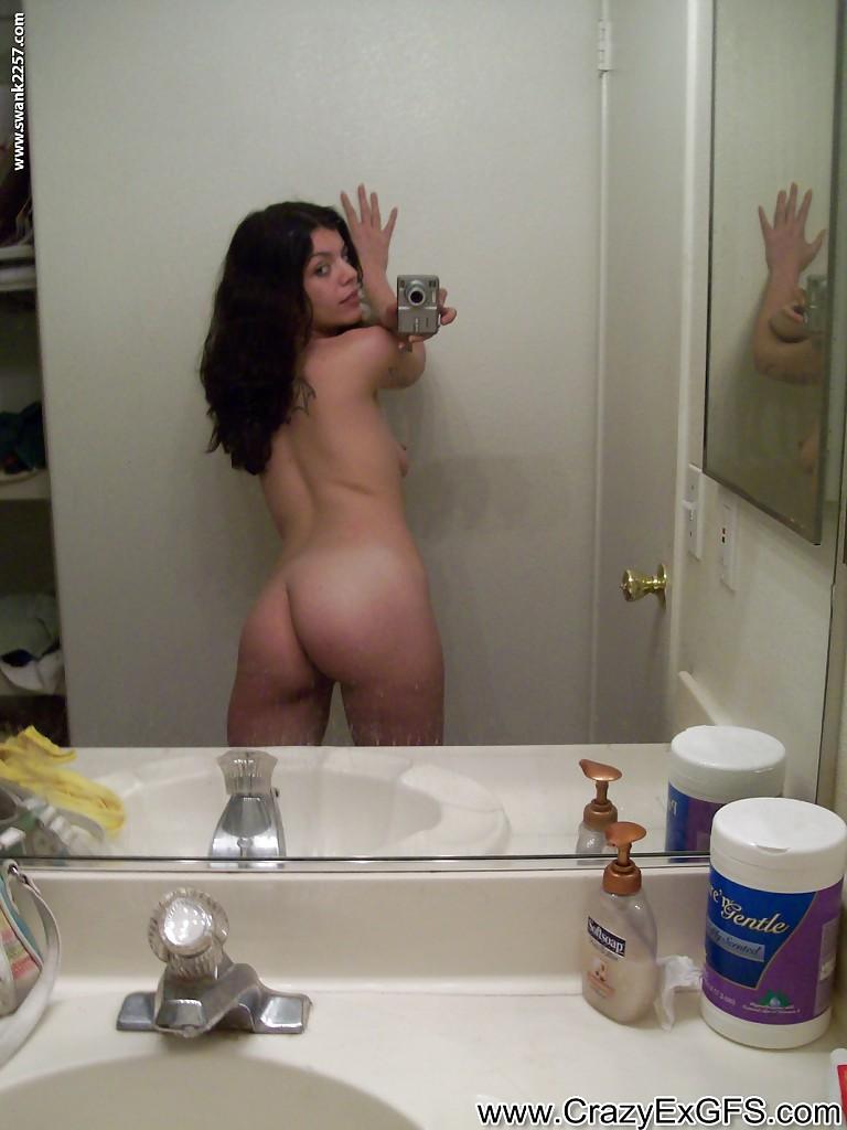 Шатенка сняла трусы перед зеркалом и показала прелести