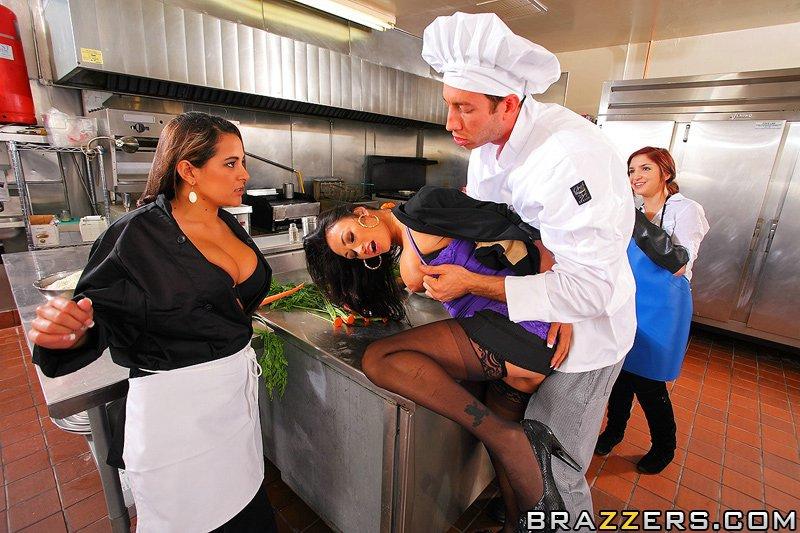 Брюнетка в черных чулочках Claudia Valentine жестко занимается сексом в попу на кухне ресторана