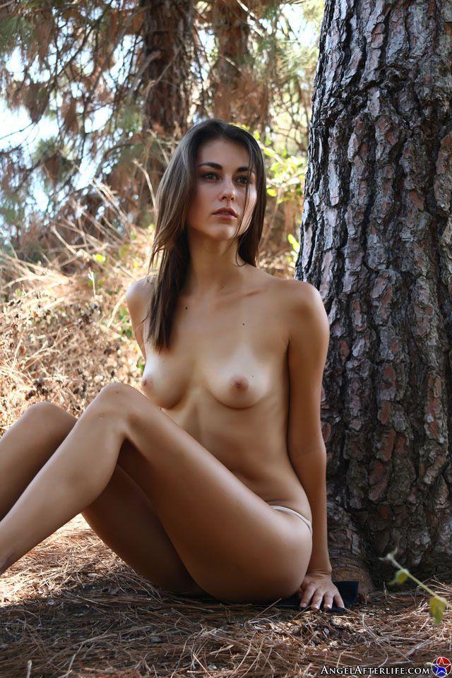 Необыкновенна симпатичная брюнетка Hannah Athena сексуально красуется для фотосессии на природе