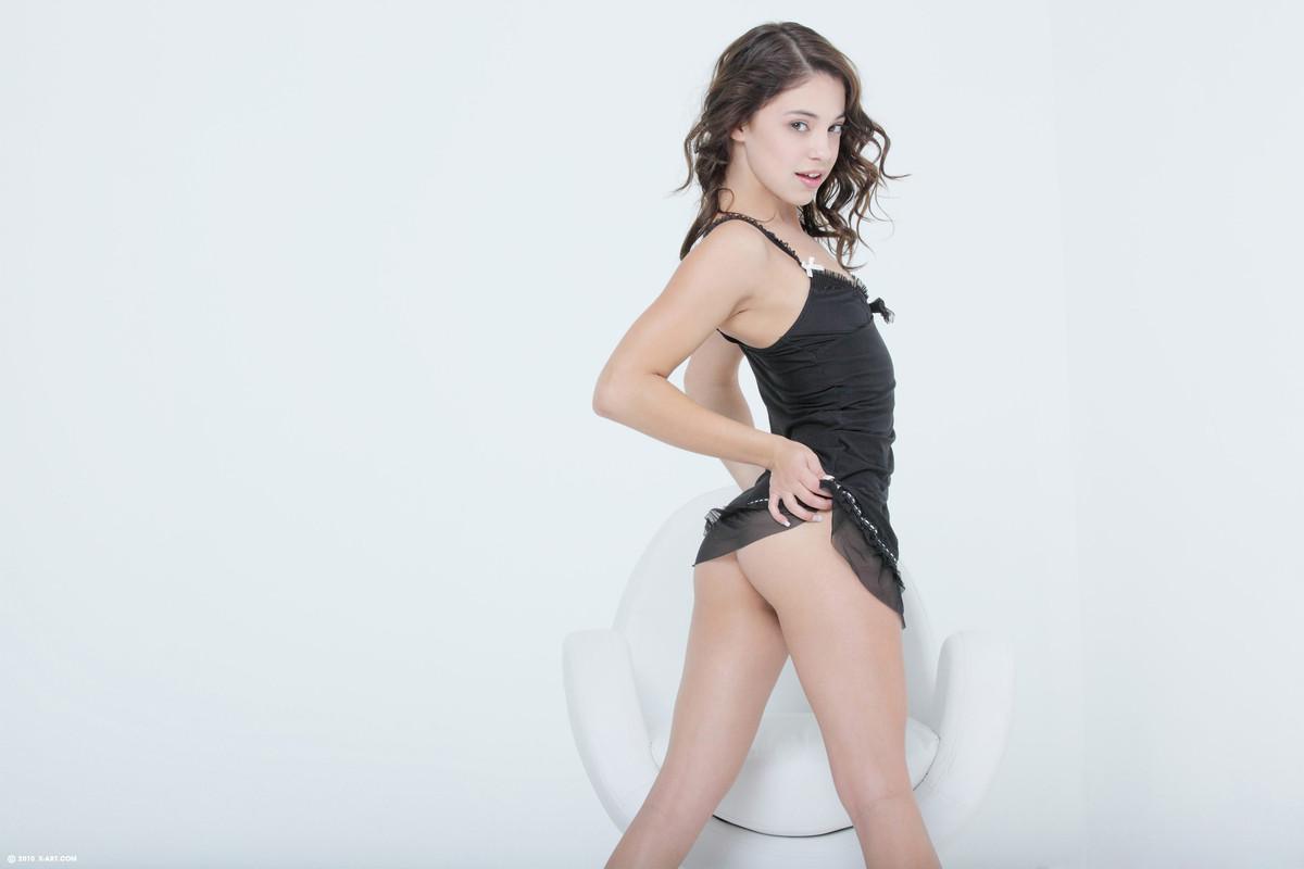 Игриваябрюнетка Gigi Rivera в коротком черном платье показала свою лысую пизду