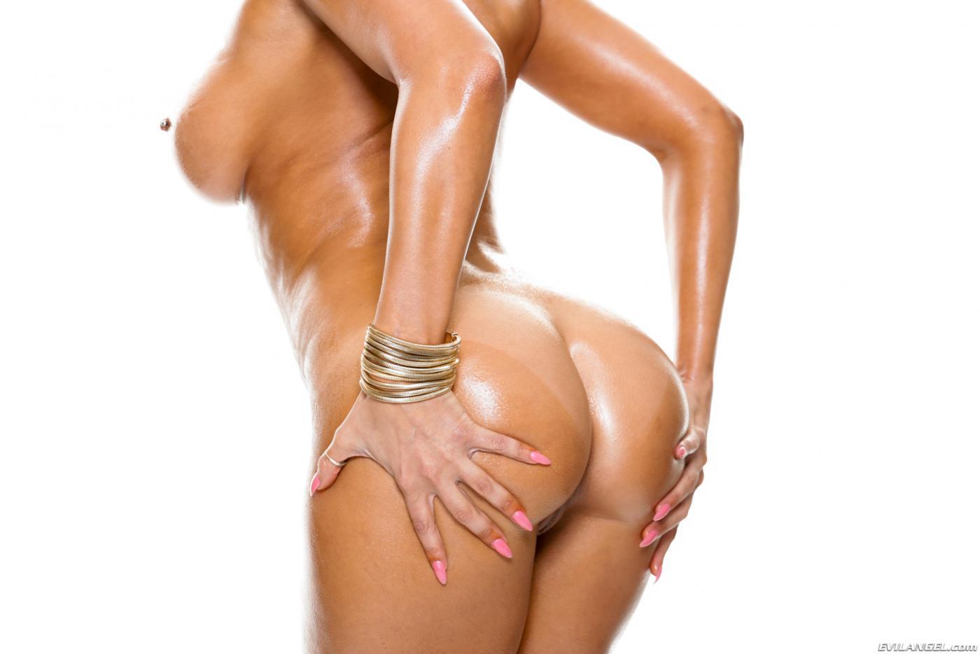 Невероятно сисястая брюнеточка Rachel Starr показывает свою эпичную блестящую попку в массажном масле