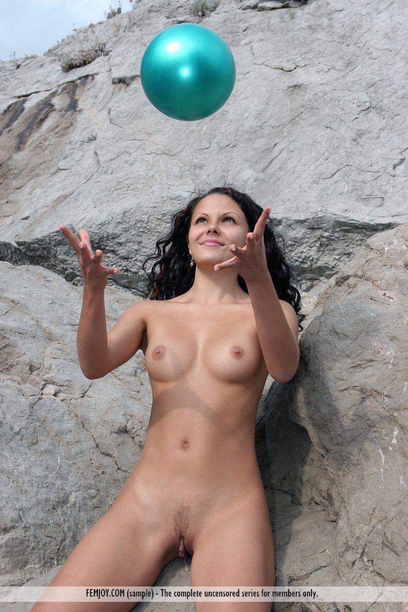 Голая брюнетка Armida Femjoy отснята на изображениях когда играла в мяч на открытом воздухе
