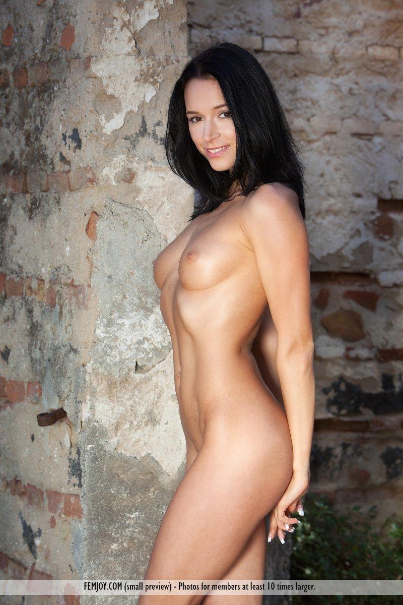 Великолепная шатенка Gwen A обнажает свое невероятное тело и принимает интимные позы