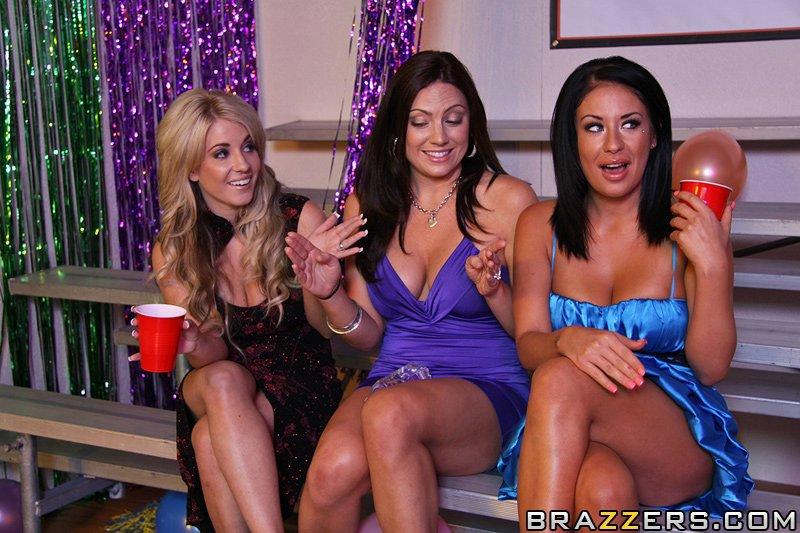 Русая порноактрисса с круглыми грудями и побритой пиздой Isis Monroe сношается в попку после вечеринки