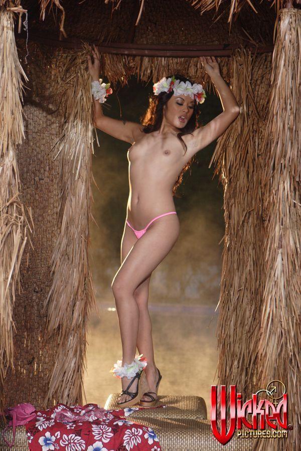 Шикарная брюнеточка Jenna Haze в невероятном и эротичном исполнение фотографируется