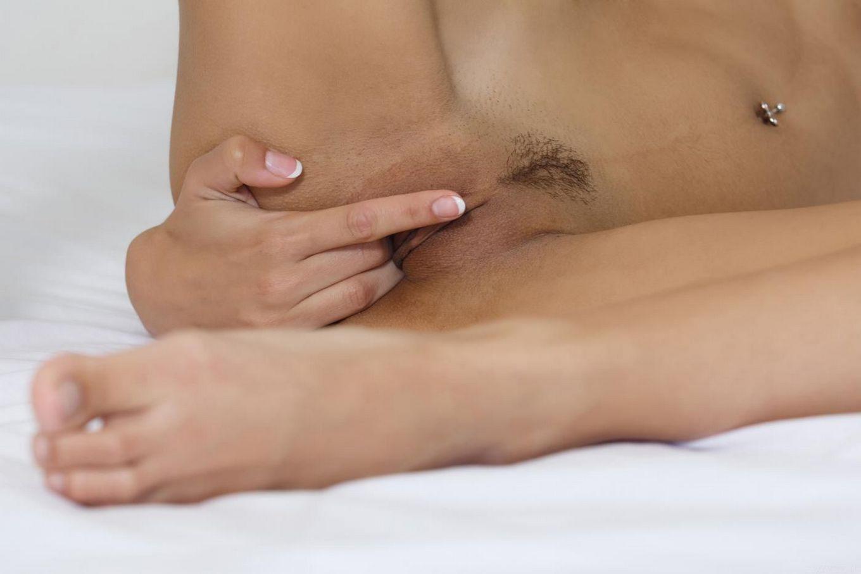 Элегантная брюнетка Candice Luca снимает лифчик и ласкает свою игривую вагину