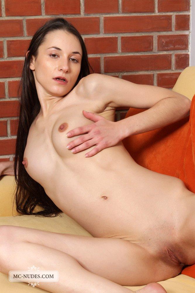 Тёмненькая Jennifer Cheeks эротично двигается и заводит голое тело