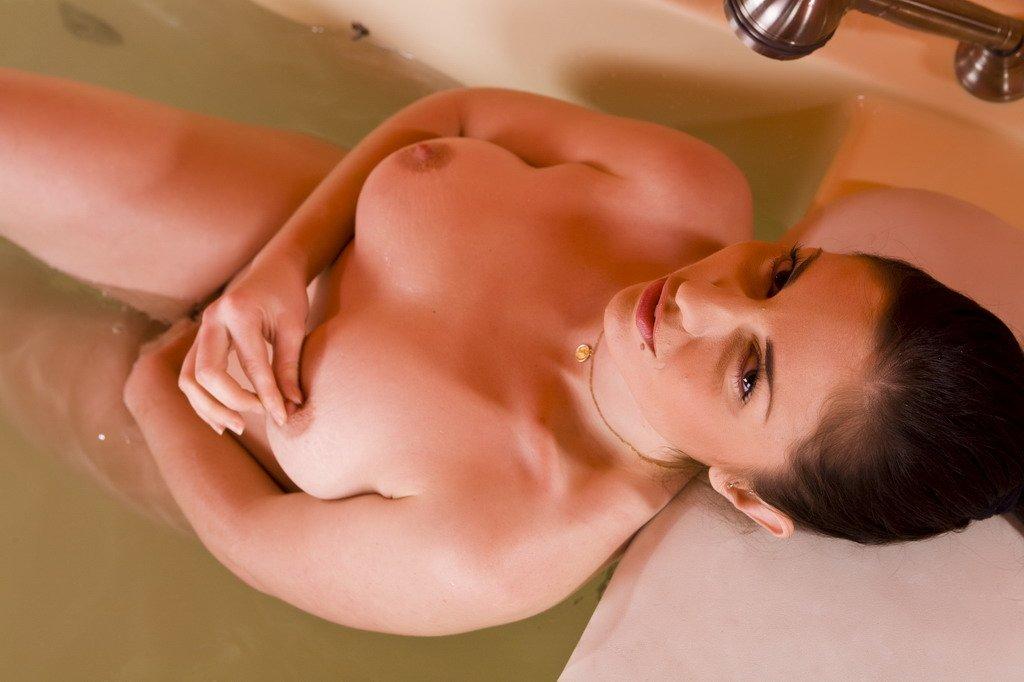 Горячая русая порноактрисса Franchezca Valentina развлекается в соблазнительной купальне
