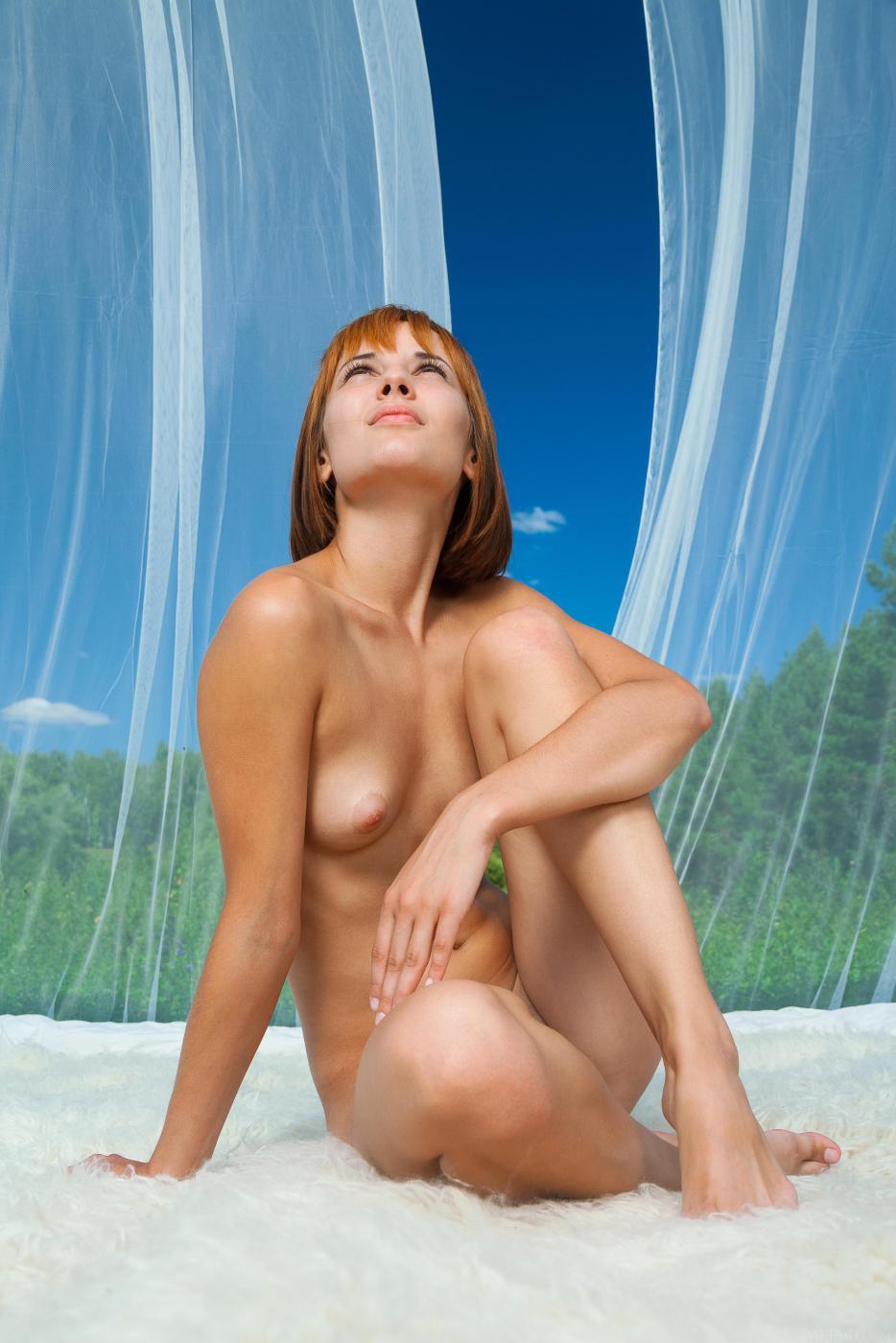 Крутая брюнетка Monika G маленько стесняется, но фотографируется голой