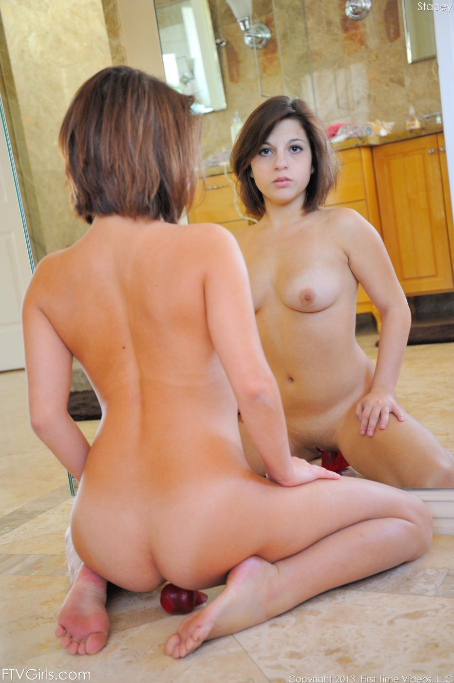 Хорошенькая русая порноактрисса Stacey FTV показывает свои пяточки и ножки