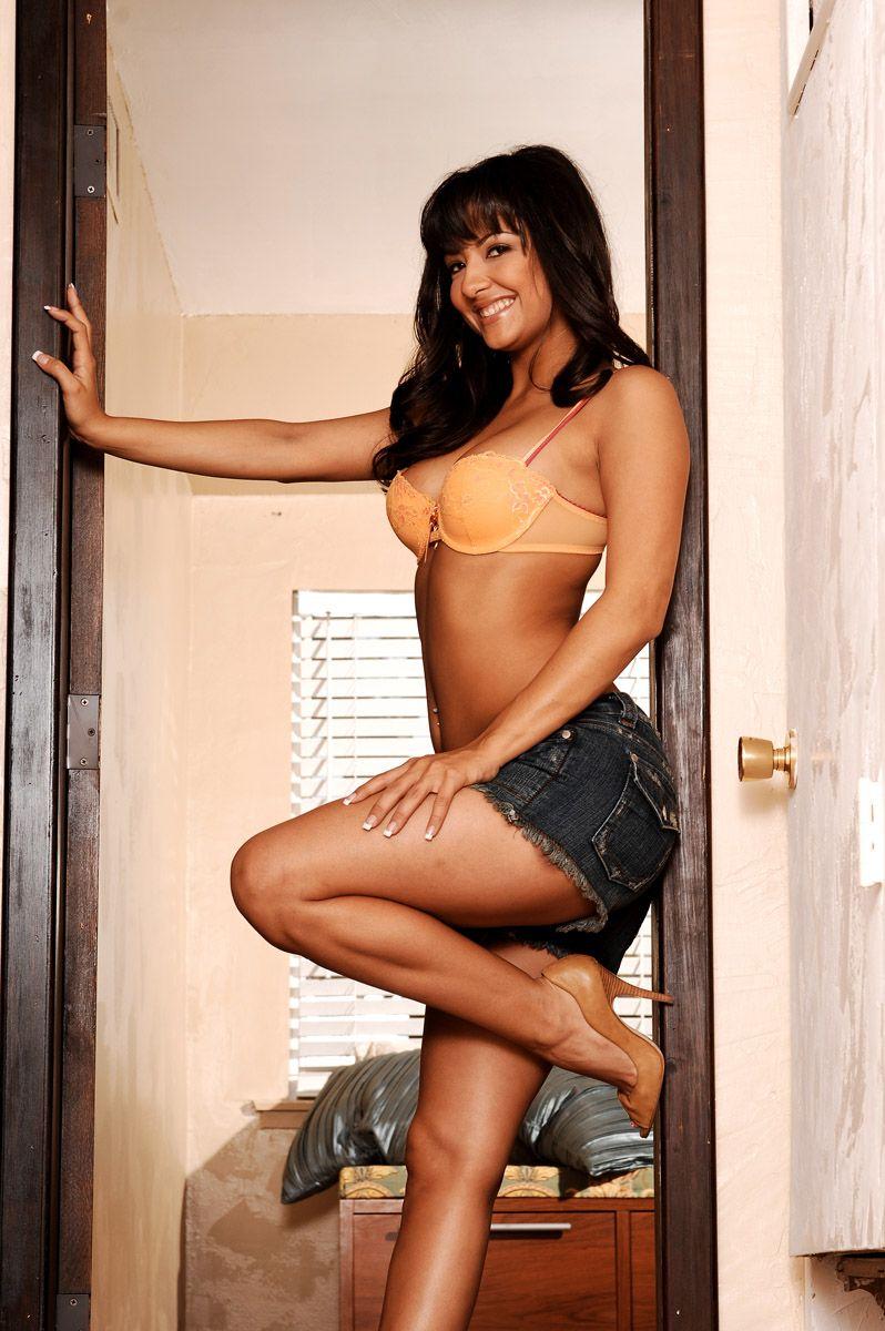 Похотливая фотосессия от красивой смуглой брюнеточки Carmen Hart в джинсовых шортиках и лифчике