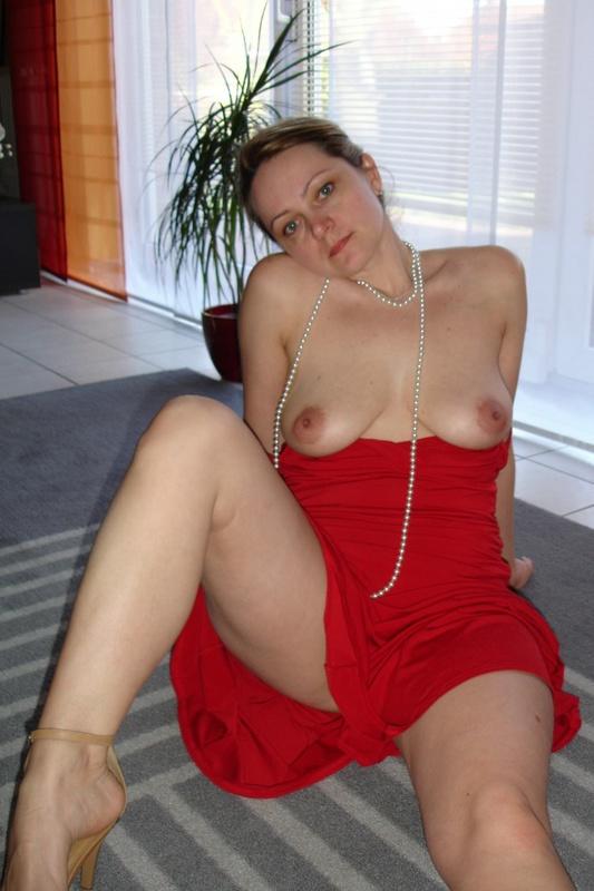 Зрелая в красном платье выставила писю