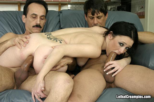 Шатенка Lexxi Rippa занимается любовью с двумя самцами постарше