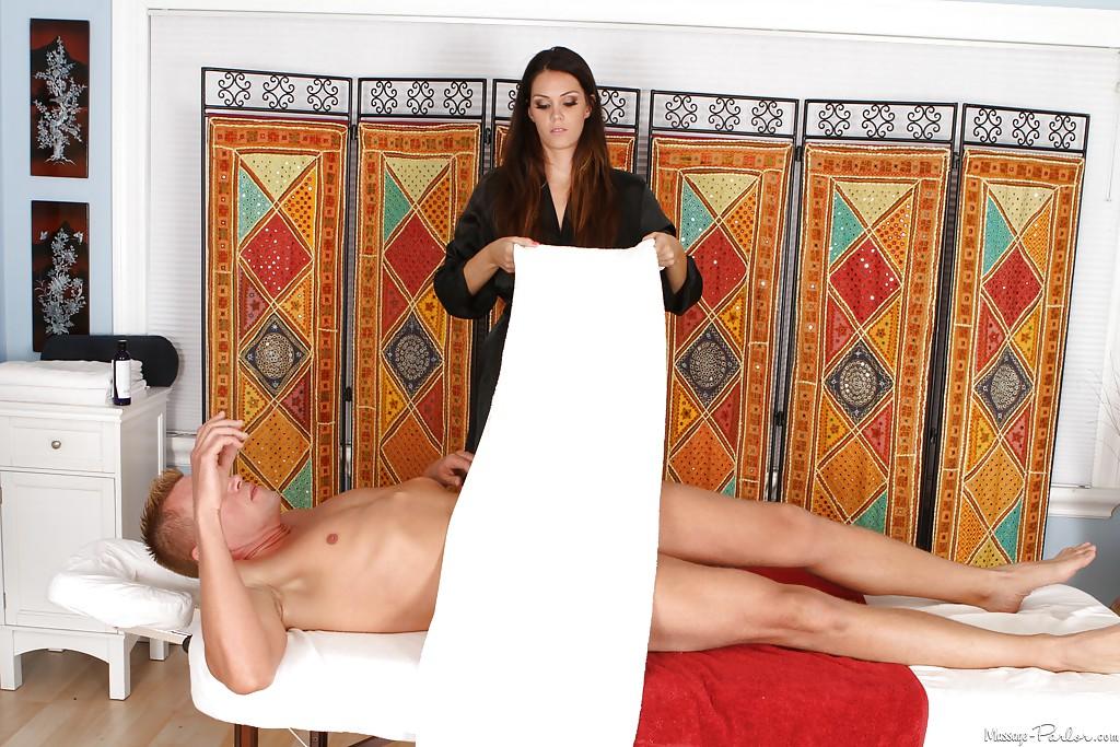 Сисястая шатенка сделала массаж и отсосала посетителю