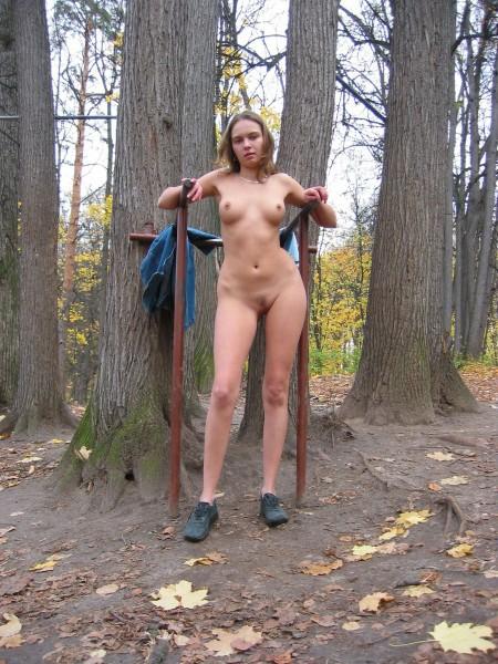 Сучка ходит голая среди людей