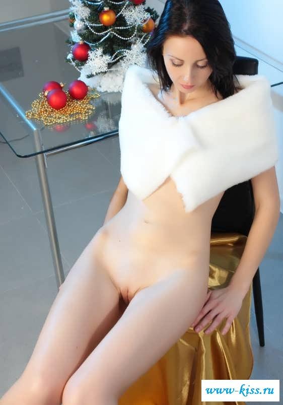 Круглая попа нежной брюнеточки (20 фотки эротики)