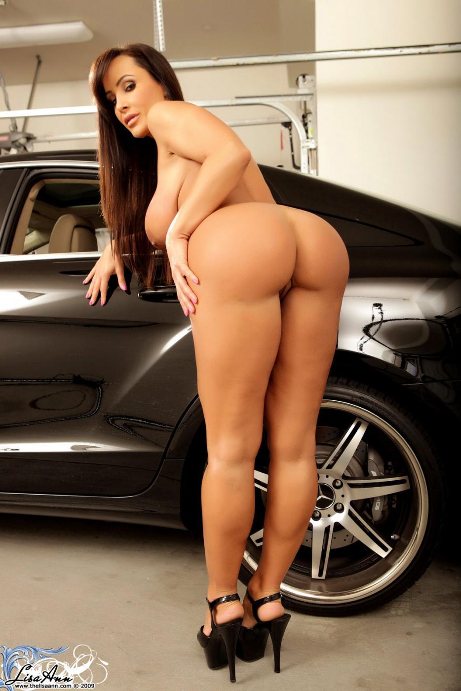 Мамочка-брюнетка Lisa Ann показывает нагое грудастое туловище в хорошенькой автомобиле