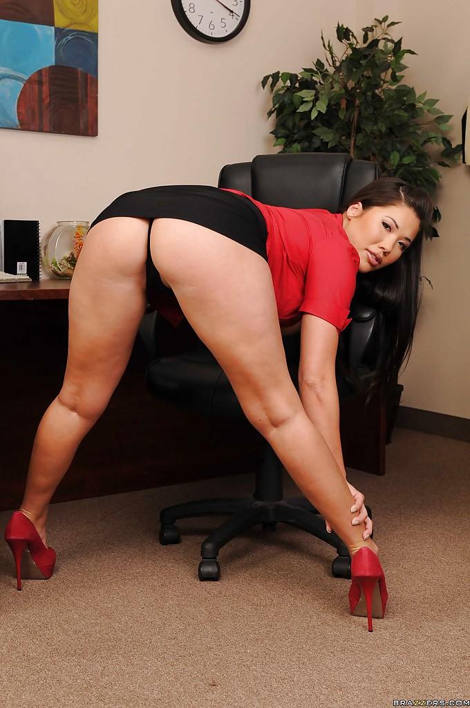 Грудастая подчиненная в красных туфлях дрочит на офисном столе