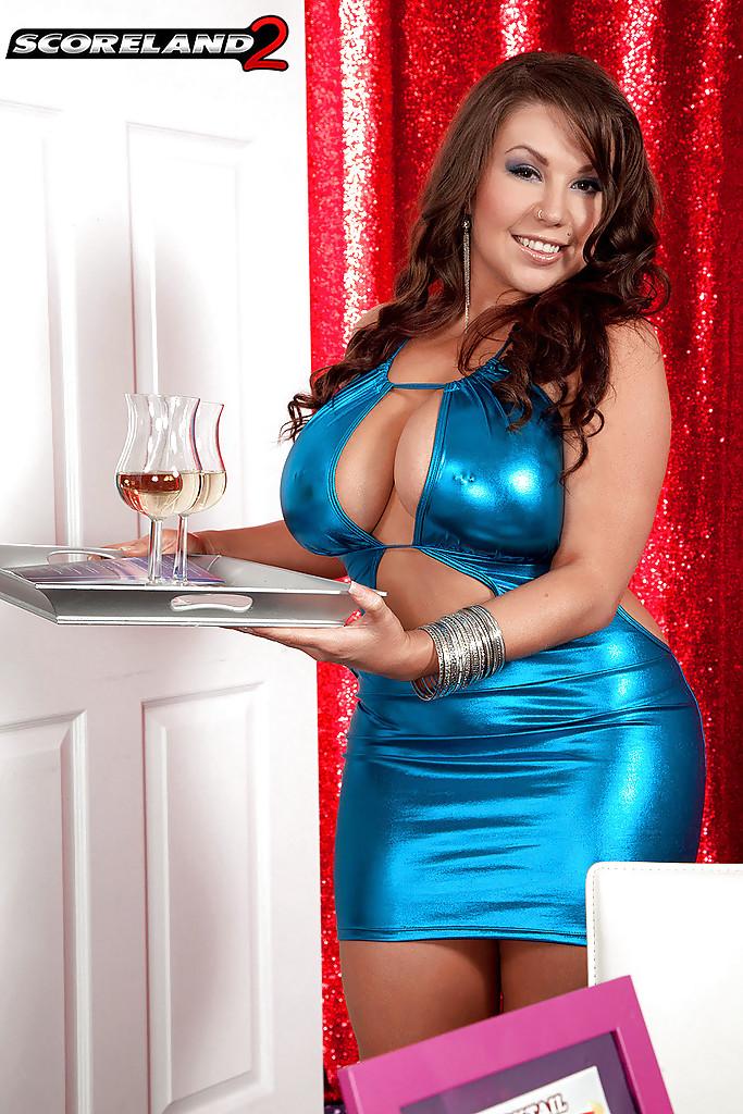 Sheridan Love стащила блестящее платье и поласкала киску