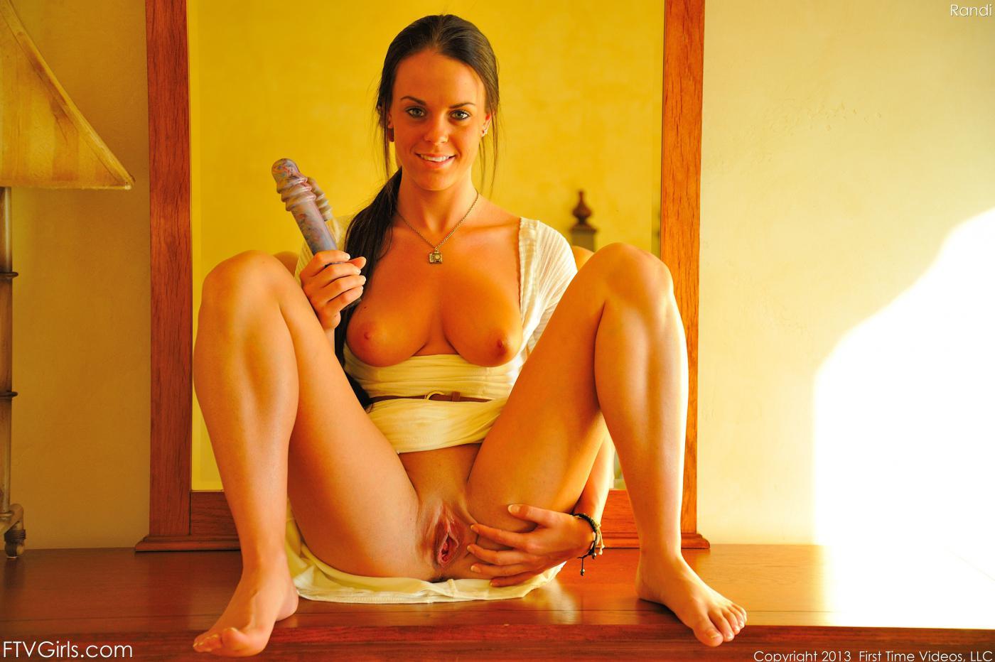 Брюнеточка Rahyndee James обнажает голые сиськи и ебёт свою вагину игрушками