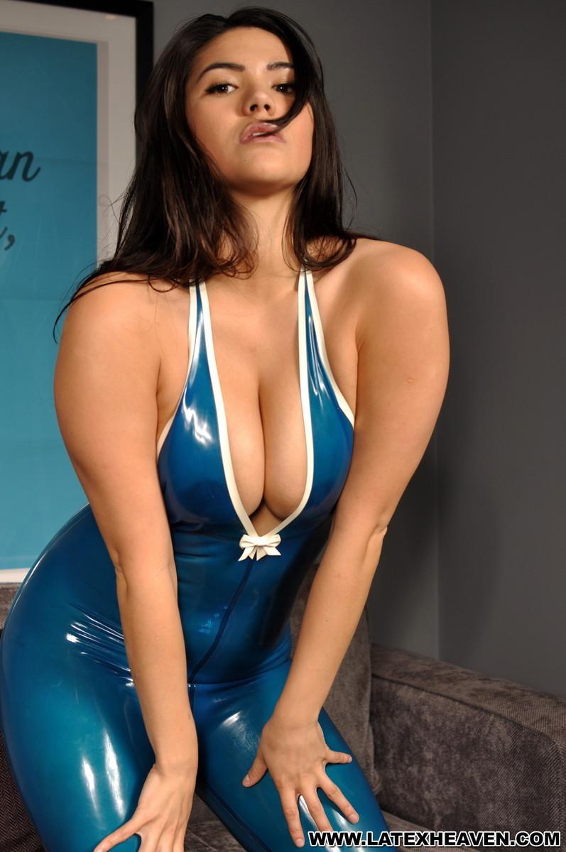 Брюнетка в возбуждающем синем костюме мечтает о жестоком пореве, пока желающих отодрать ее нет