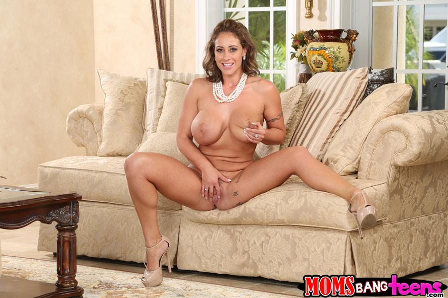 Ева Нотти играется с большими грудями и писей на кремовом диване