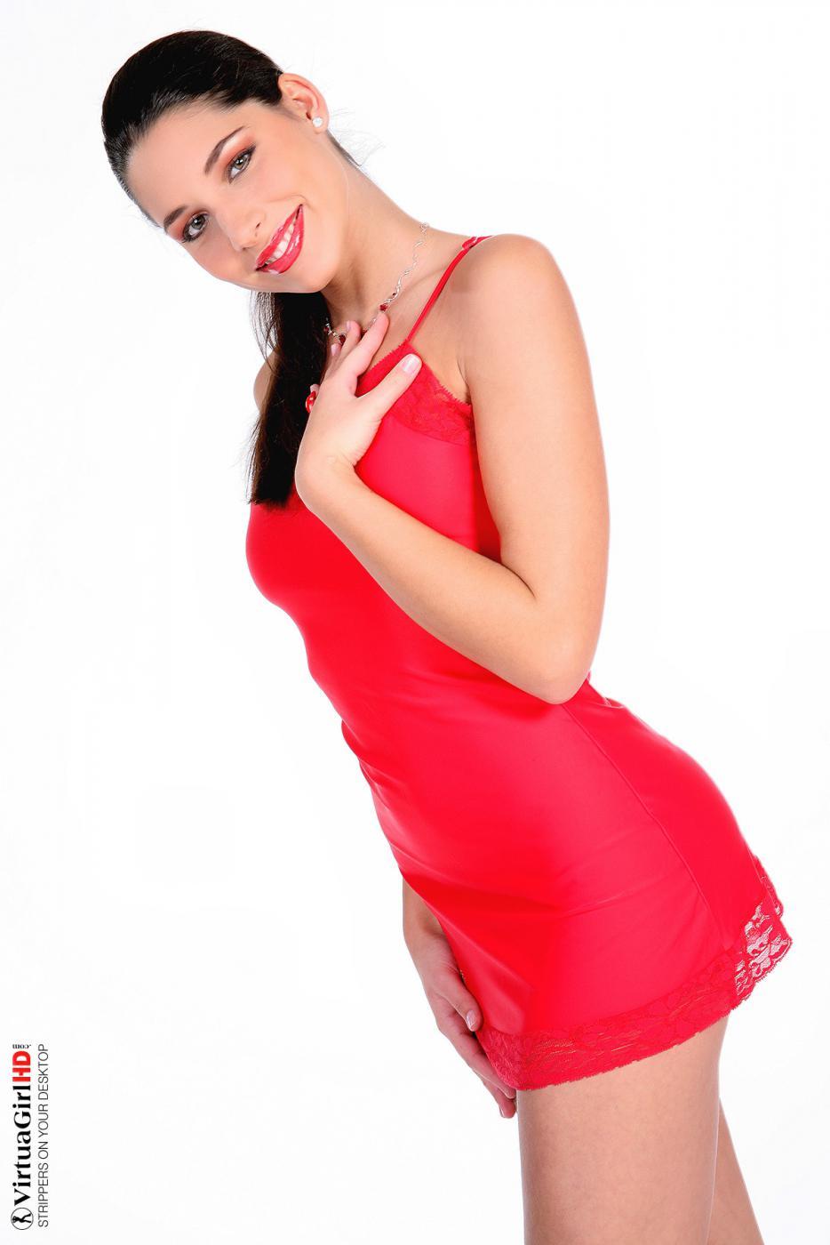 Грудастая брюнеточка Zafira спускает свое красное платье и снимается полностью голой