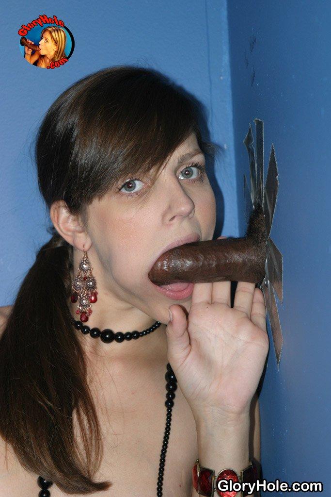 Идеальная брюнетка с розовой киской Bobbi Starr получает полный рот спермы после оральных ласк черному члену через дырочку