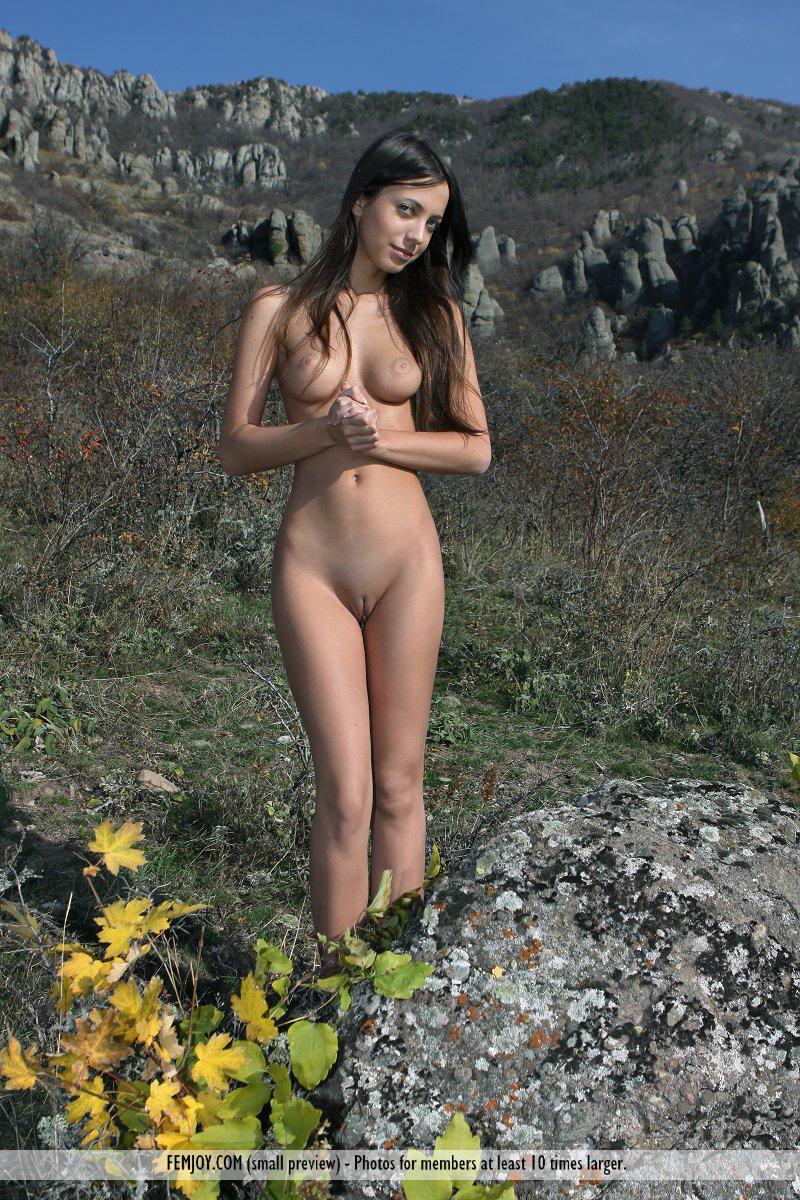 Няшка темноволосая девка Elle D показывает шикарное голое тело в цветочной долине