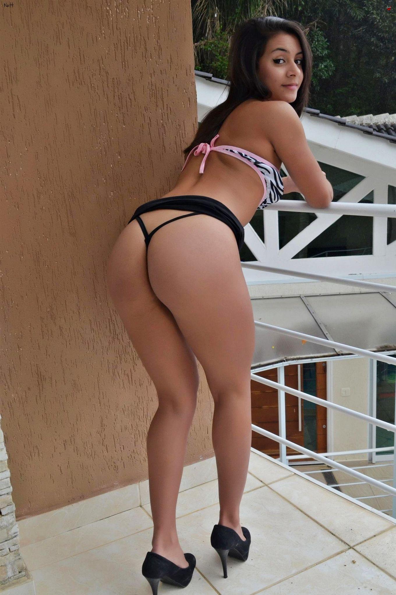 Привлекательная модель с темными волосами Ната