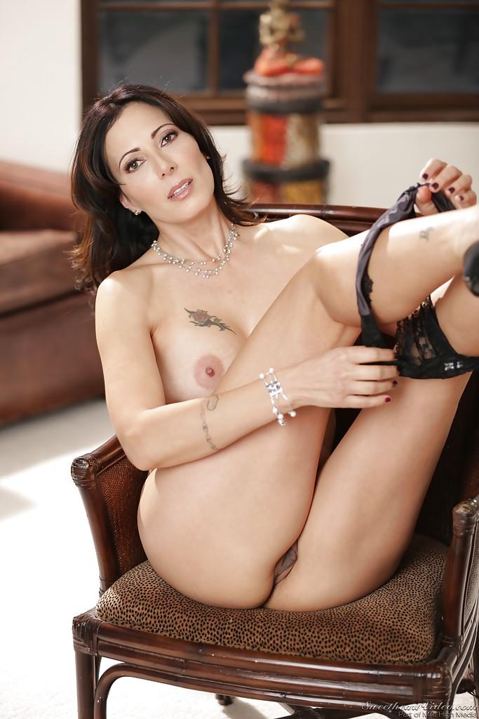Zoey Holloway в кресле показывает сочные сиси