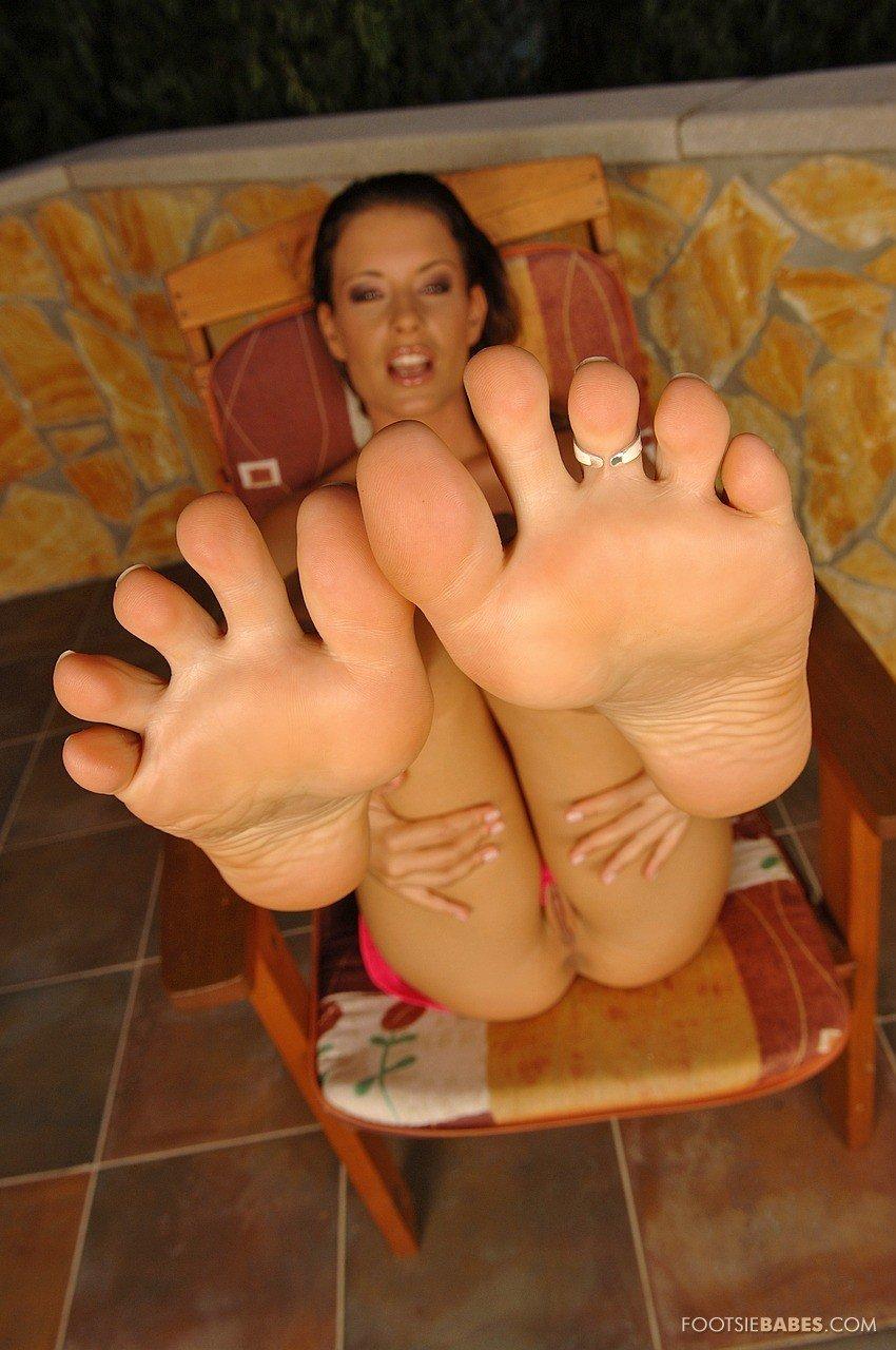 Lora Craft теребонькает твердый хер своими ножками