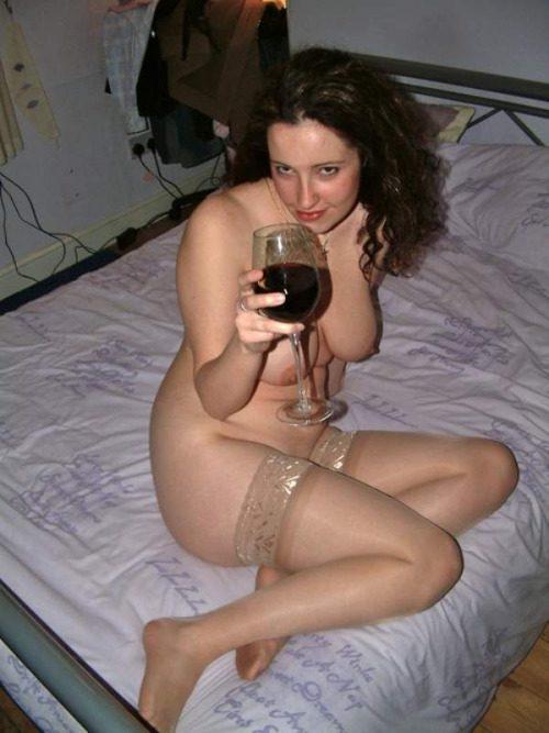 Женщины выставили на обозрение в сети свои голые титьки