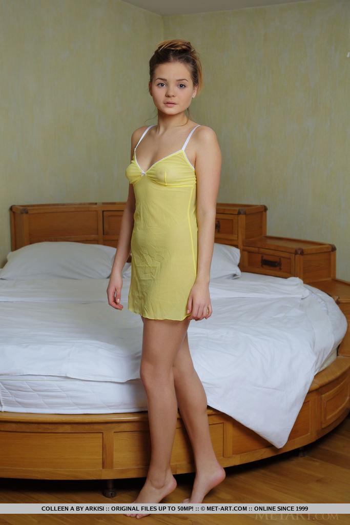 Красивая тёлка обнажилась в своей спальне