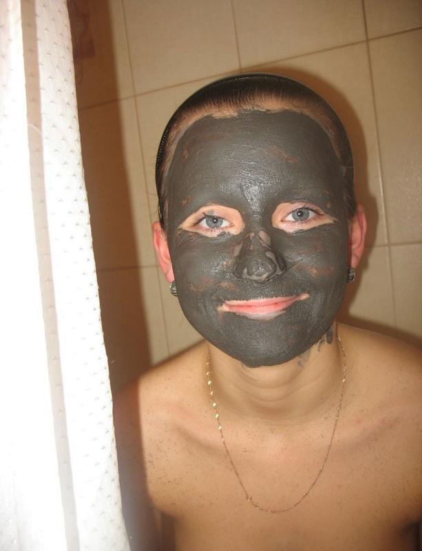 Милая мадам принимает грязевые ванны