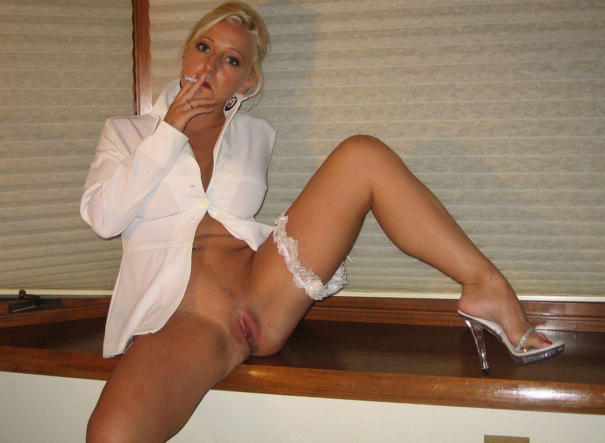Блондинка курит и выставляет напоказ пизду