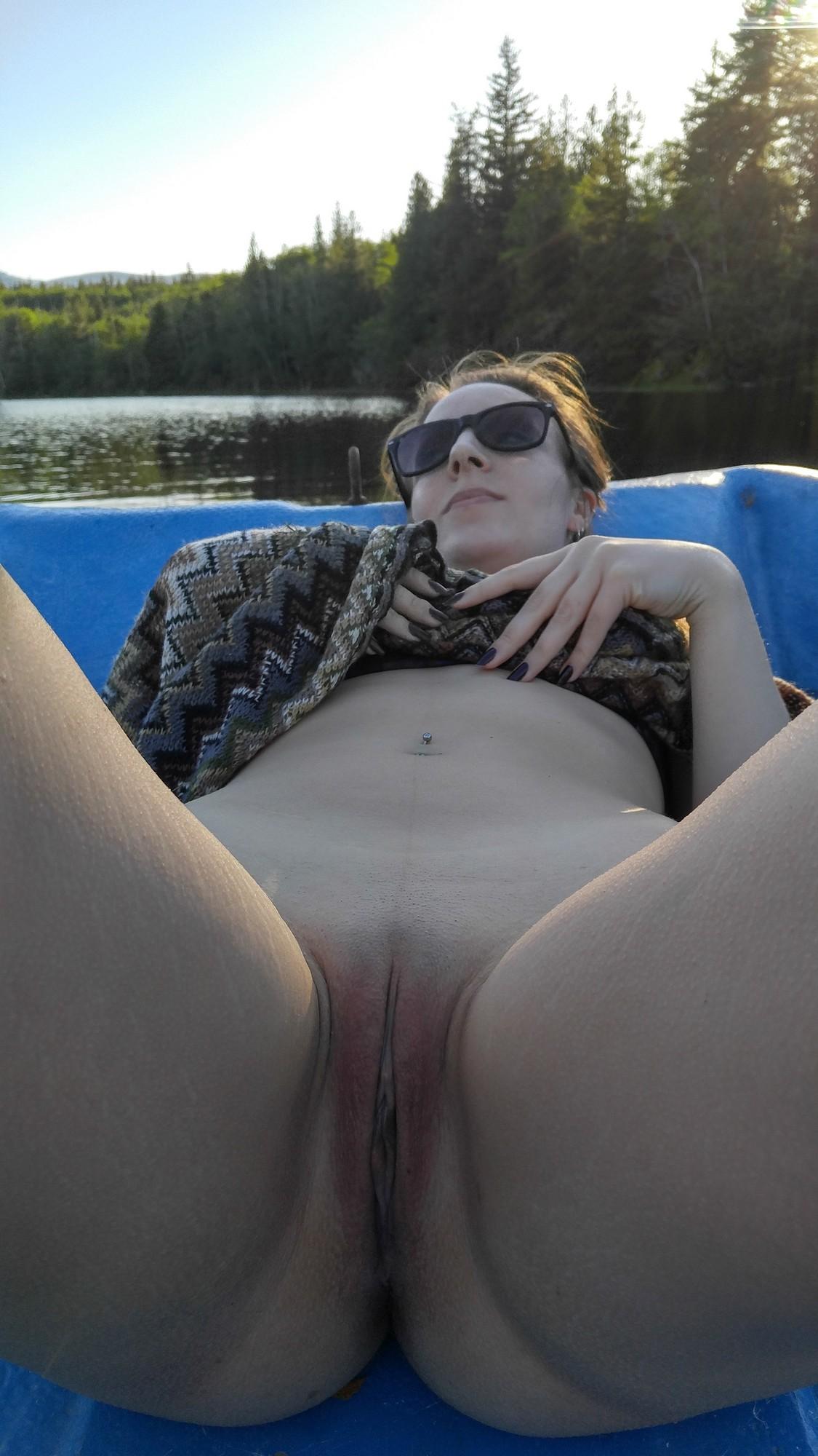 Сучка с татухой на бедре берет в рот любовнику в лодке посреди реки