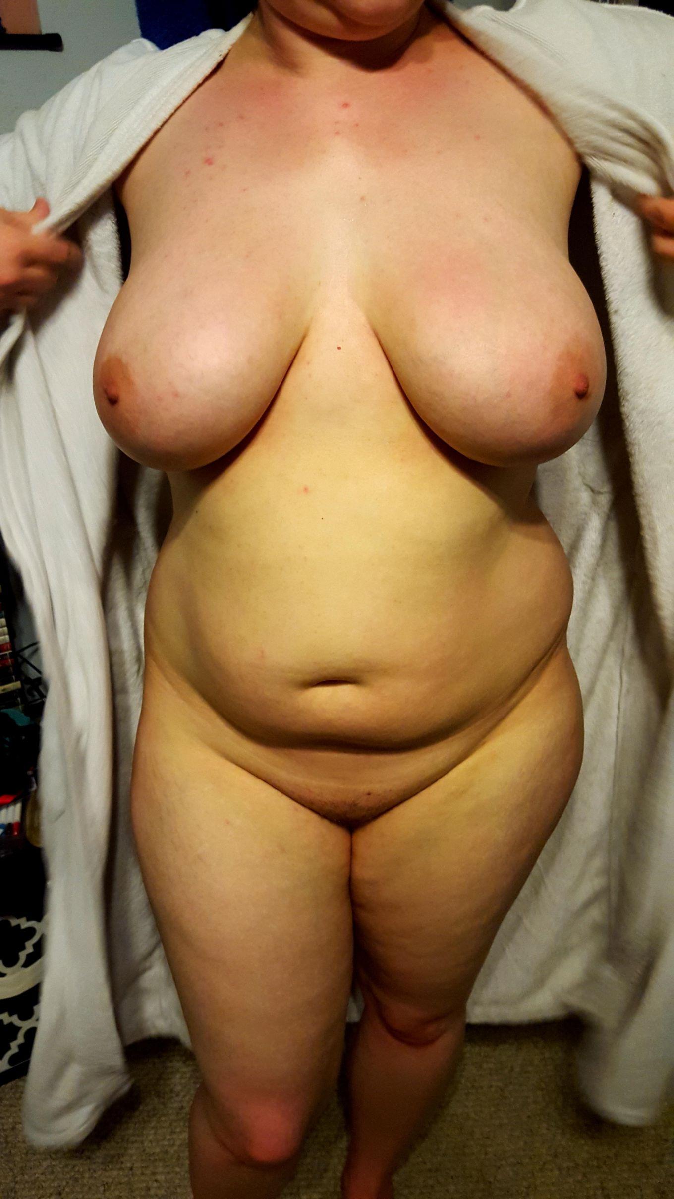 Крупные особы женского пола оголились перед камерами пацанов