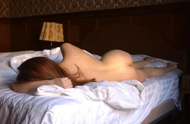 Рыжая фотомодель с натуральными сиськами сбросила халат на лежанке