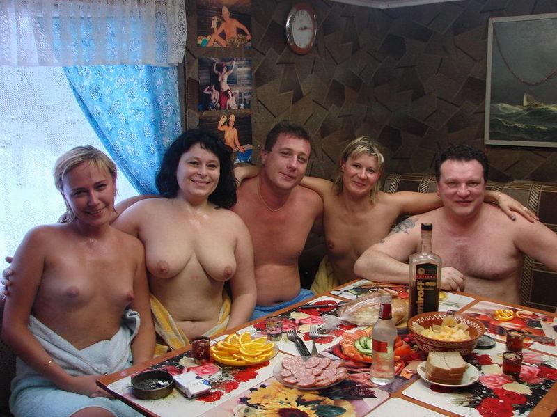 Голенькие девки выпили и сходили с самцами в русскую баню
