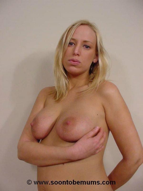 Беременная блондинка согласилась красоваться голой