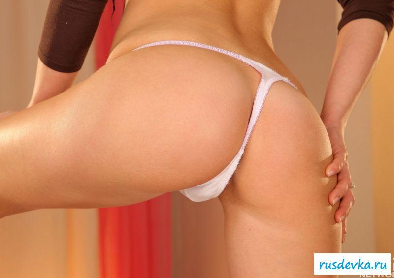 Голая брюнеточка с клевой попой на 15 картинок