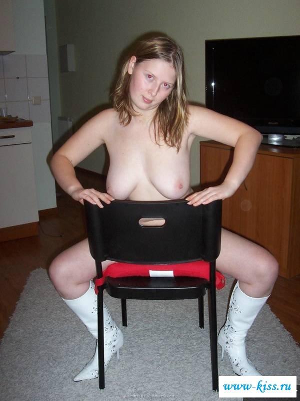 Сексапильная соседка в сапогах сняла бикини