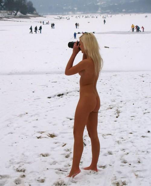 Деревенские проститутки хвастают нагими телами на морозе интим фото